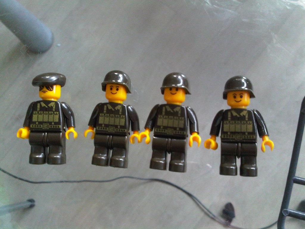 Aquí se pueden ver las armas, 3 M-16, 1 ametralladora, 1 bazooka, y