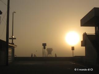 Tramonto a San Diego, CA, USA al calar del sole la nebbia scompare