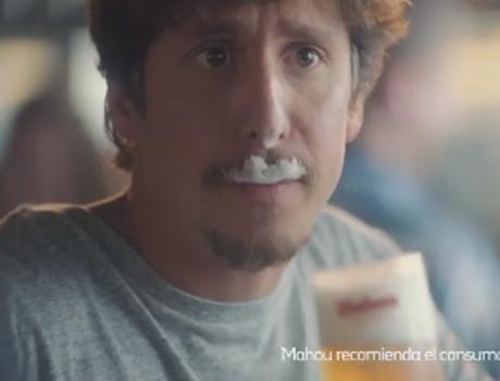 hombre con bigote de espuma