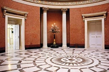 Muchas piezas de mobiliario de inspiración clásica se ajustan a un interior sencillo. Añade sofisticación y elegancia.
