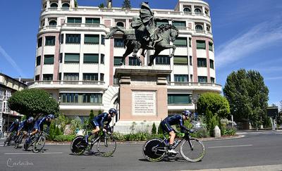 Ciclistas en la #VueltaBurgos 2015 rodeando la estatua del Cid