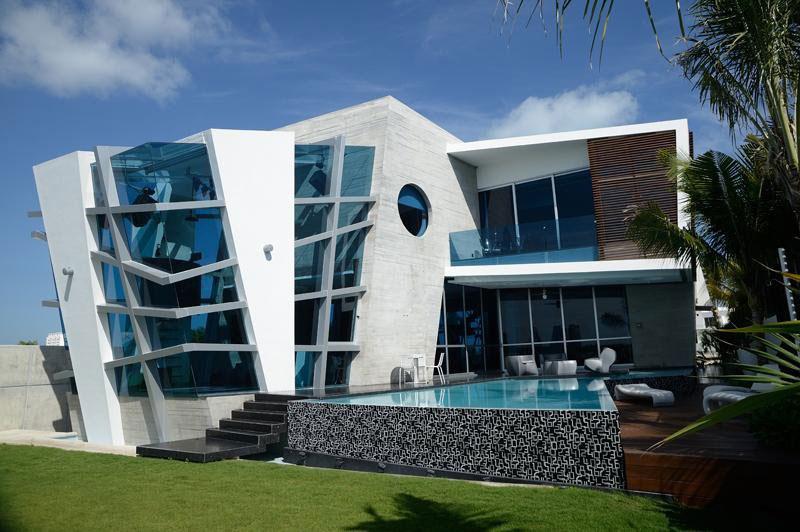 Casa Con Exterior Moderno Y Futurista, E Interior Lleno De Luz Y Color