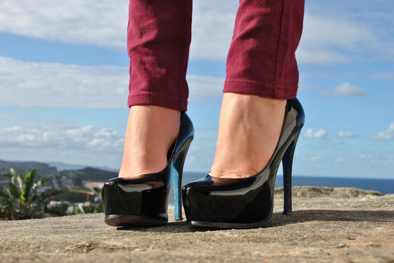 Целовать туфли фото, Целует ножки девушки в туфлях на каблуке 7 фотография