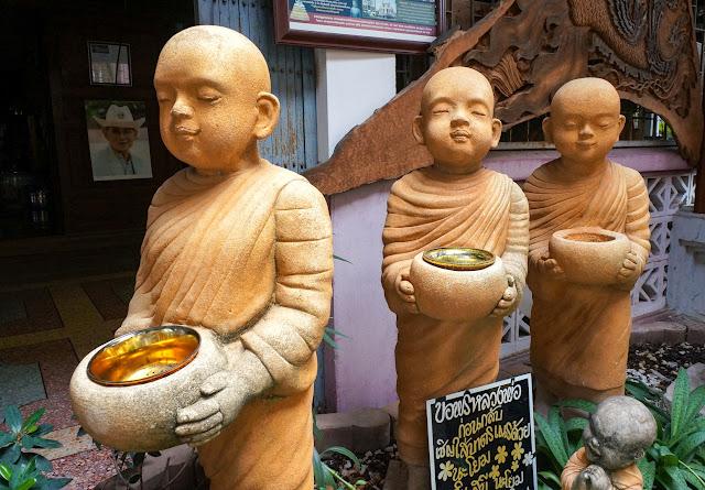 Statuettes de moines au marché flottant d'amphawa