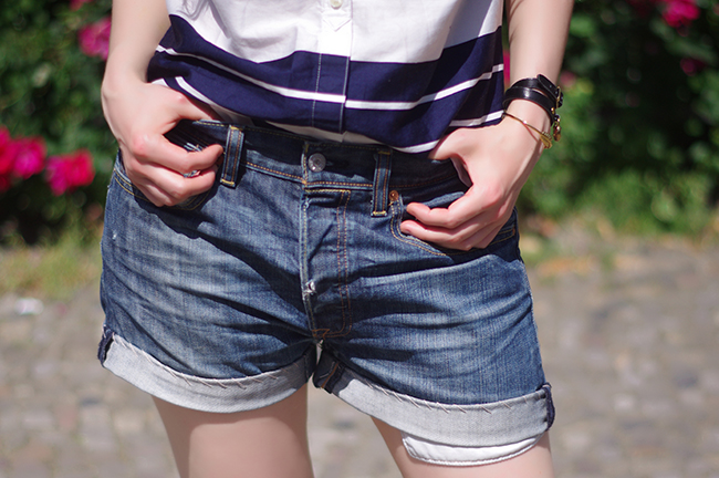 How to make oversized denim shorts out of your boyfriend's old jeans. www.fashionrolla.com