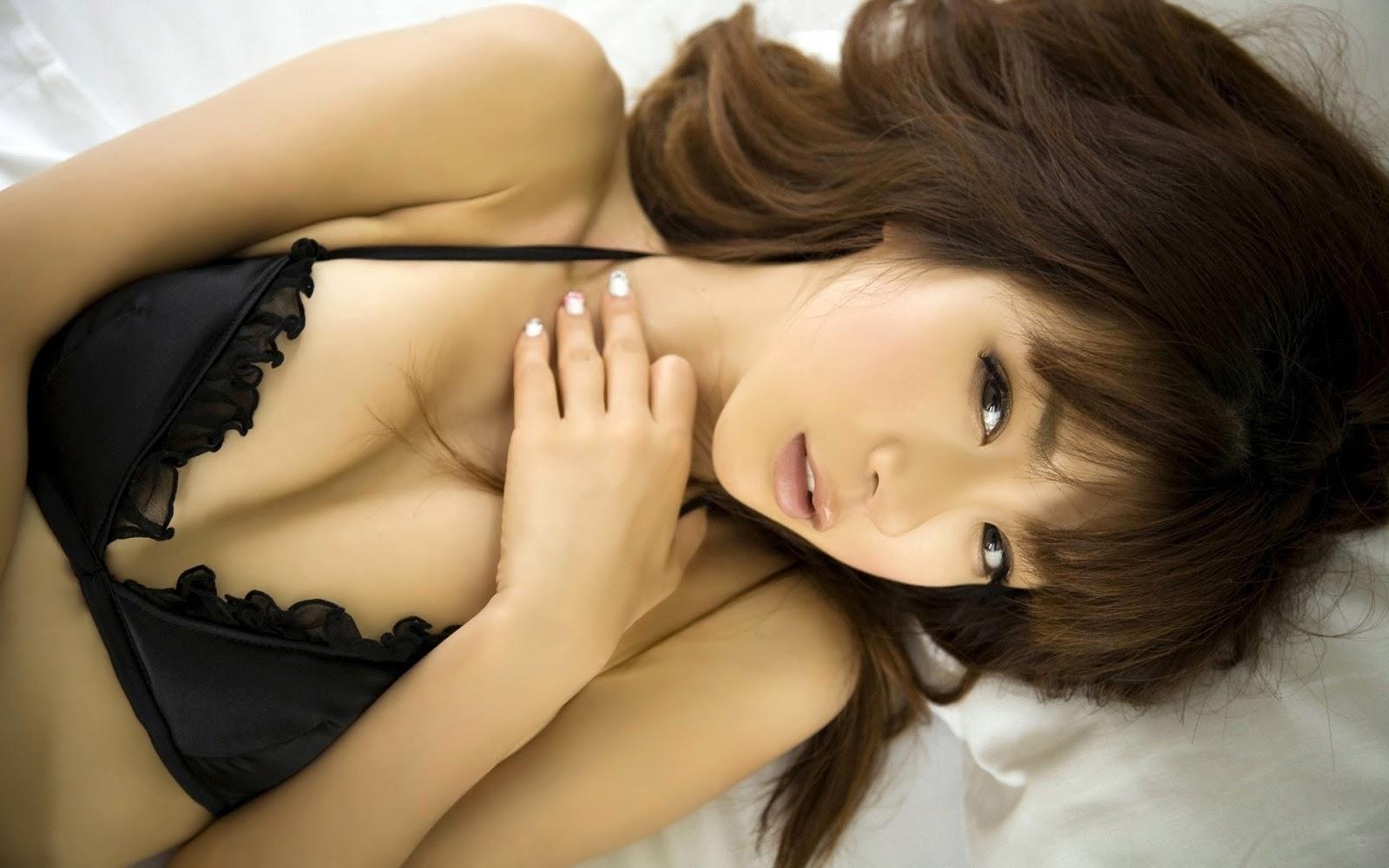 Aki Hoshino black Bra