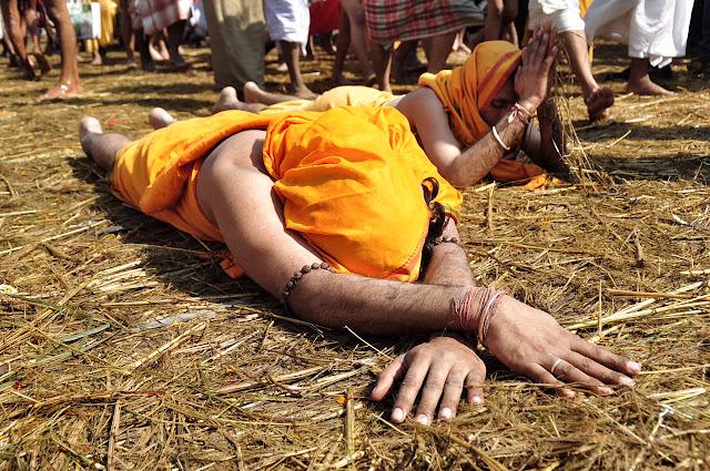 Kumbh mela 2013 ganga allahabad men praying on floor