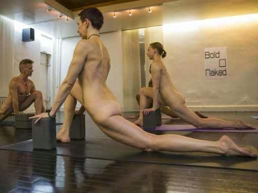 Academia americana promove aulas de ioga sem roupa