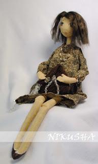 текстильная кукла модница с бусами