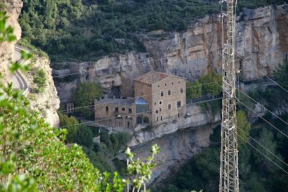 El monestir de Sant Miquel del Fai des de l'extrem oriental del Cingle del Fitó