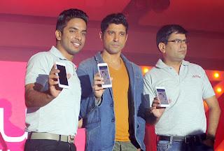 Farhan Akhtar unveil thj Intex Aqua i7 smartphone (2).JPG