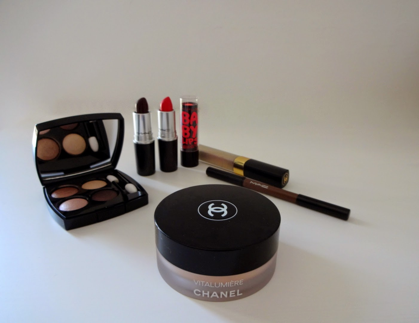 CHANEL Lèvres Scintillante 191 Songe, MAC lingering kiss, mac good kisser, mac a novel romance, baby lips electro strike a rose, chanel vitalumiere, chanel les 4 ombres poesie, mac velux brow liner deep dark brunette