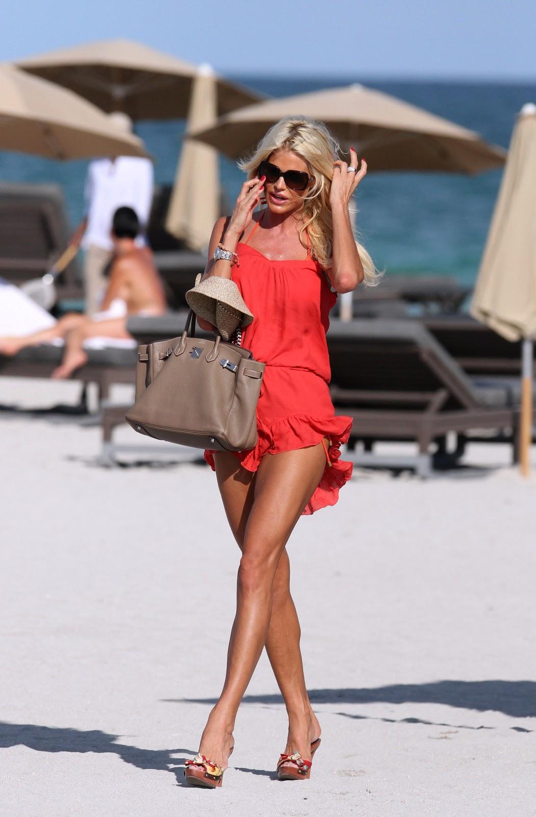 http://4.bp.blogspot.com/-QLpMGfA8P90/UIFU9FCy1aI/AAAAAAAAUa4/Nh_AcRzaCUE/s1600/Victoria+Silvstedt+in+an+orange+bikini+on+the+beach+in+Miami+October+18th+2012.jpg