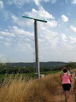 Torre-ventilador per escalfar les vinyes al costat del camí