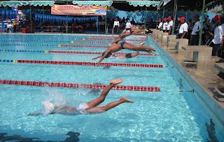 Posisi tubuh saat berenang ialah streamlineartinya sejajar dengan ...