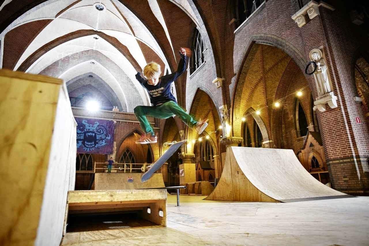 A igreja de São José em Arnherm, Holanda, usada para clube de skaters