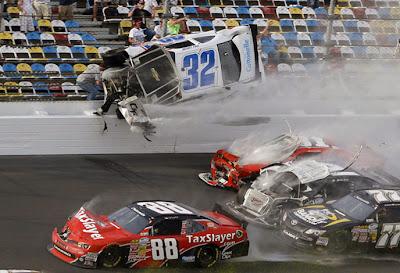 A  Daytona Beach : la voiture de Kyle Larson a été détruite dans un accident impliquant plusieurs voitures dans le tour final