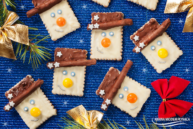 jadalne ozdoby świąteczne, ciasteczka w czekoladzie, herbatniki w czekoladzie, bałwan w czekoladzie, renifery w czekoladzie, renifery z herbatników, renifery z precli, renifery z paluszków, jadalne ozdoby z precli, bałwan z herbatników, bałwan z paluszków, świąteczne ozdoby dla dzieci, czym zająć dzieci, kraina miodem płynąca