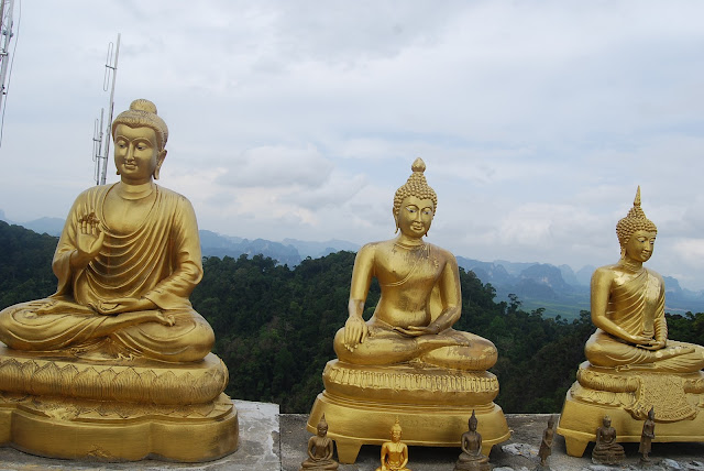 Ещё один храм на вершине холма в комплексе Tiger Cave Temple, Krabi, Thailand.