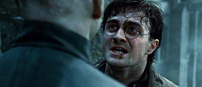 Harry Potter (Daniel Radcliffe) regardant Lord Voldemort (Ralph Fiennes) dans Harry Potter et les reliques de la mort (partie 2)