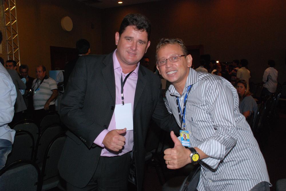 Arlei e prefeito de Japeri, Ivaldo Barbosa, confraternizam no encontro de líderes municipais