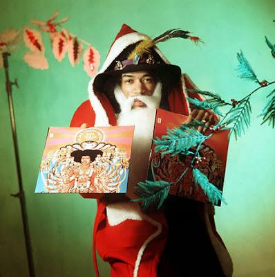 Ο Jimi Hendrix ντυμένος σαν Άγιος Βασίλης το 1967  Jimi-hendrix-christmas-pose