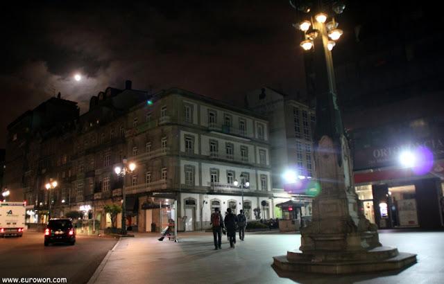 Vigo de noche con luna llena