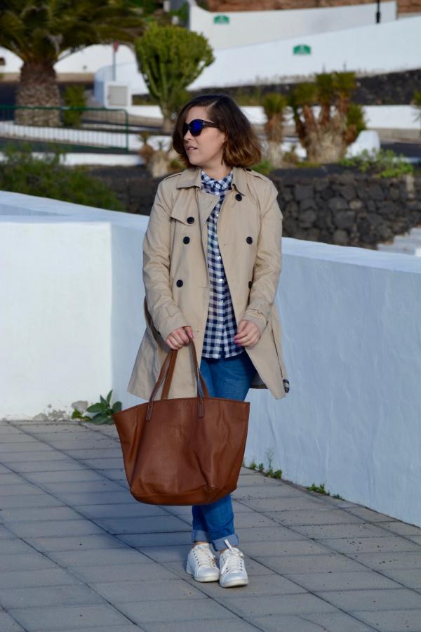 look_como_combinar_trench_trenca_sneakers_blancas_lolalolailo_01