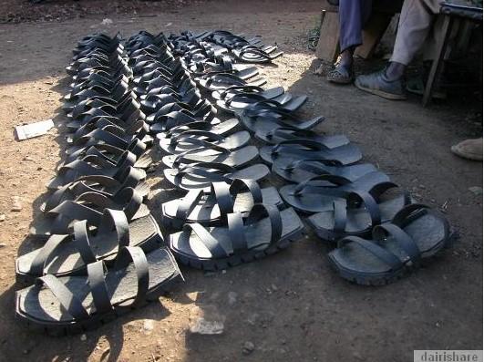 2013 08 23 214738 Kerana Kemiskinan Orang Afrika Buat Selipar Dari Tayar