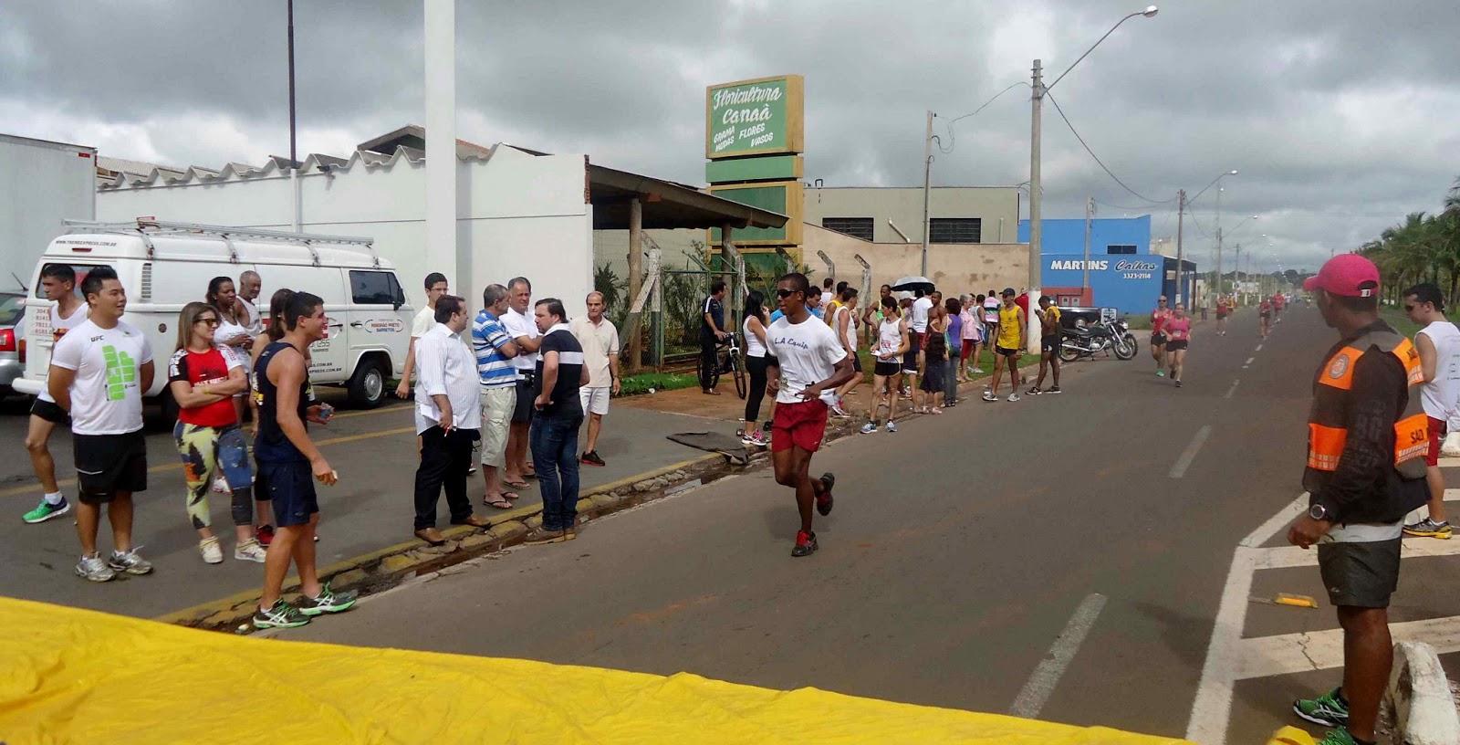 Foto 160 da 1ª Corrida Av. dos Coqueiros em Barretos-SP 14/04/2013 – Atletas cruzando a linha de chegada