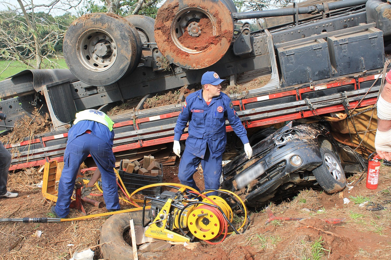 Milagre: Carro é esmagado por caminhão e ocupantes saem ilesos