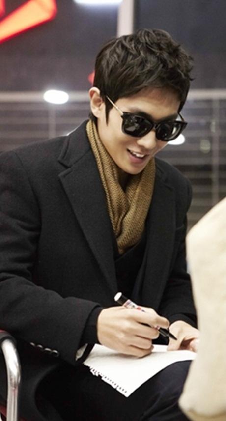 Lee Joon MBLAQ Berikan Tanda Tangan Ditengah Cuaca Dingin