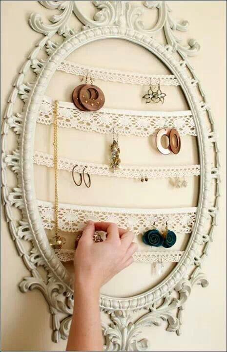 Resultado de imagen para Para todos los amantes de la bisutería y los complementos, hoy os traemos un tutorial fantástico para organizar los accesorios que más nos ponemos. Un detalle decorativo para nuestras mesillas o cómodas en el que colocar las pulseras, pendientes o anillos que usamos en el día a día.
