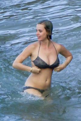 katy perry muy sexy en bikini luciendo sus senos grandes