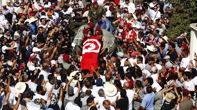 Une foule émue assiste au départ du cortège funèbre du député assassiné Mohamed Brahmi, le 27 juillet 2013 à Tunis (Tunisie)