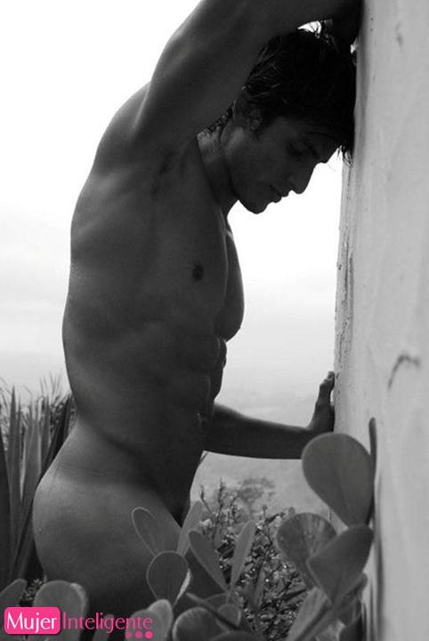 Hombres desnudos en blanco y negro