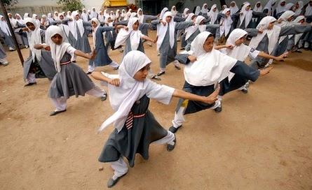 remaja muslimah bermain wushu