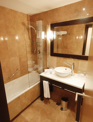 C mo decorar un ba o peque o para que se vea m s grande en 10 consejos bonitadecoraci - Bathroom layouts for small spaces gallery ...