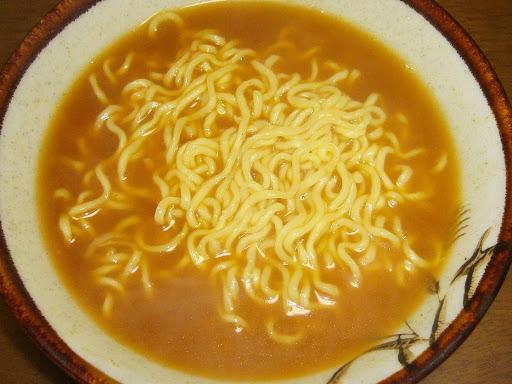 【サンヨー食品】サッポロ一番カレーラーメン中辛 お好みで辛さを楽しめる特製スパイス付き