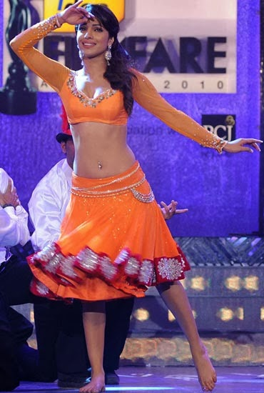 Priyanka Chopra flaunts her latkas and jhatkas at a Filmfare awards show in an orange lehenga