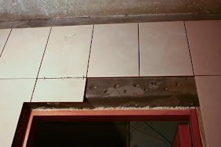 укладка плитки над дверью