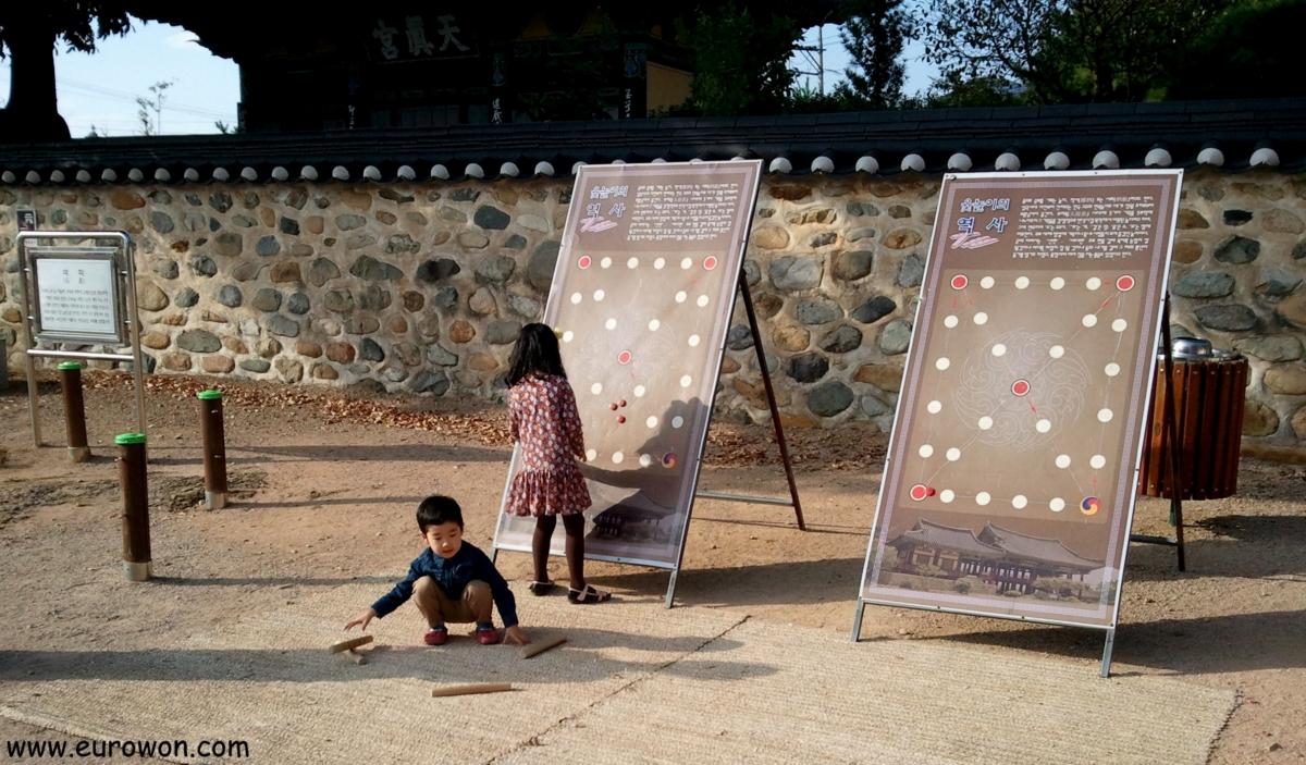 Niños coreanos jugando al yutnori en Seollal