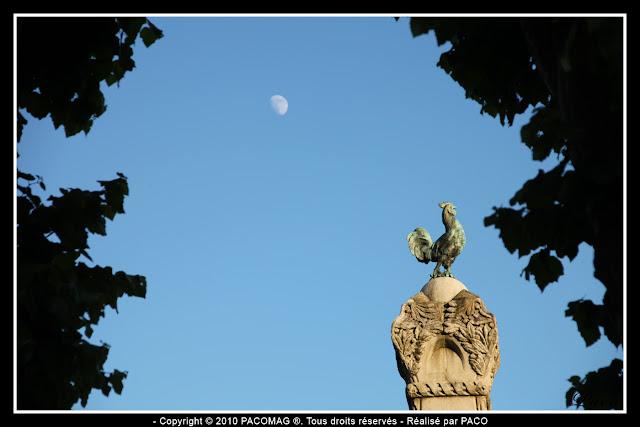 Coq du monument aux morts place Nassau de la ville de Sedan et la lune