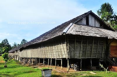 senjata tradisional, lagu daerah, rumah adat kalimantan, pakaian adat, rumah adat tradisional, rumah bali, rumah betang