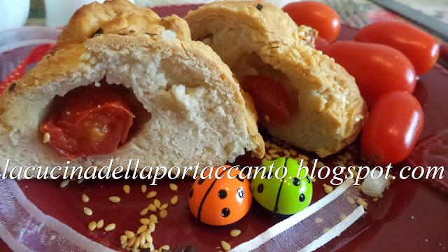 fagottini di pasta di pane in crosta di sesamo con pomodorini e mozzarella di bufala