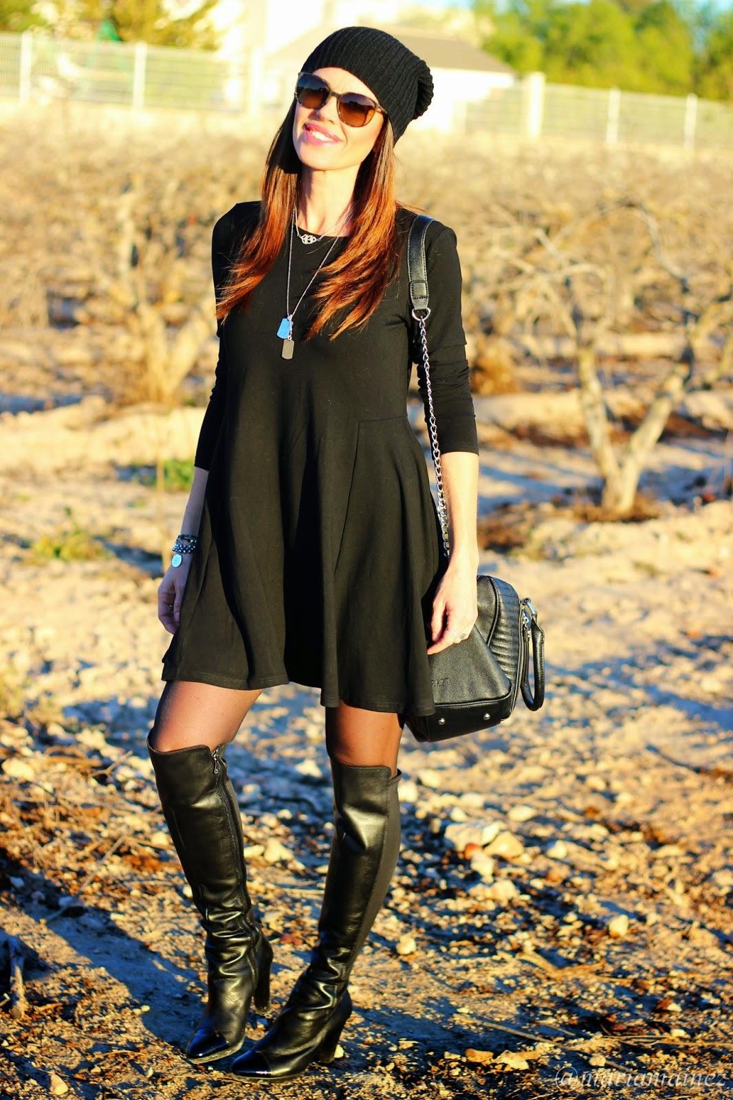 Vestido corto negro Sheinside - Bolso Pepe Moll - Botas Altas Dansi - Blogger Alicante