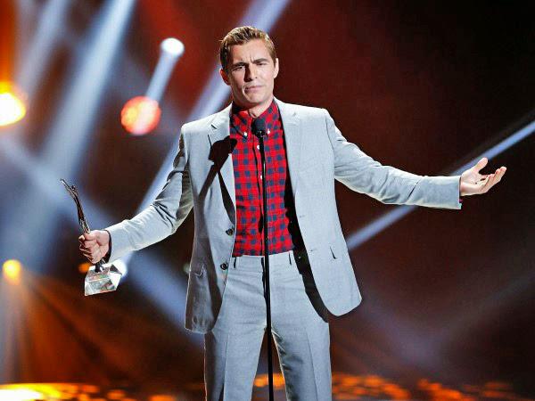 """... unter anderem in der Neuauflage von """"21 Jump Street"""" und """"Warm Bodies"""".  Hier nimmt er bei den Young Hollywood Awards 2013 den Preis für ..."""