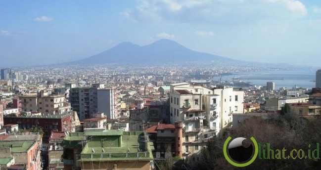 2. Gunung Vesuvius, Italia