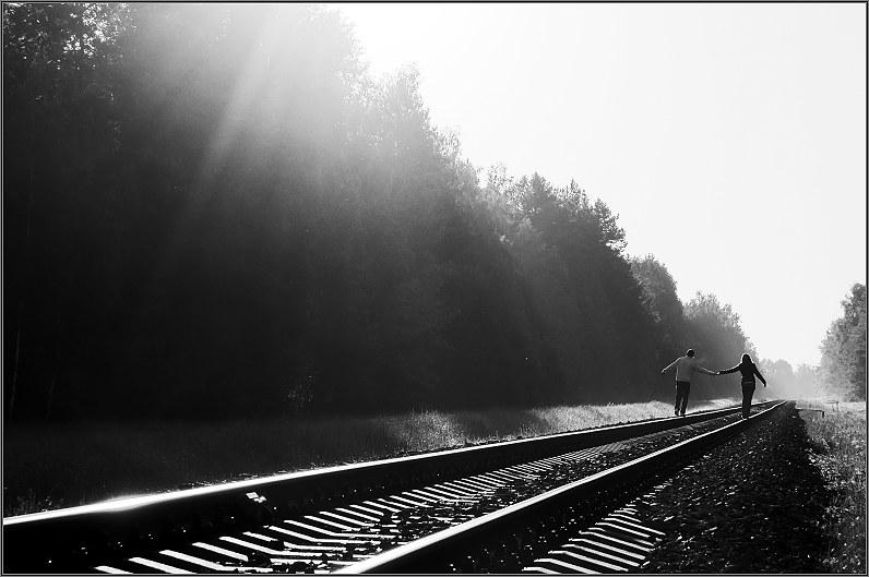 romantiškos sužadėtuvių nuotraukos prie geležinkelio