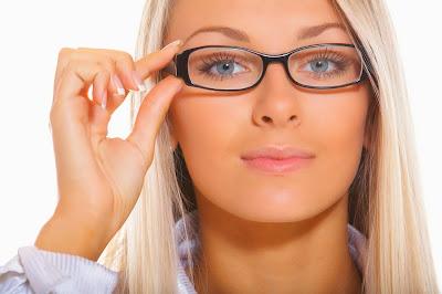 Wanita cantik berkacamata
